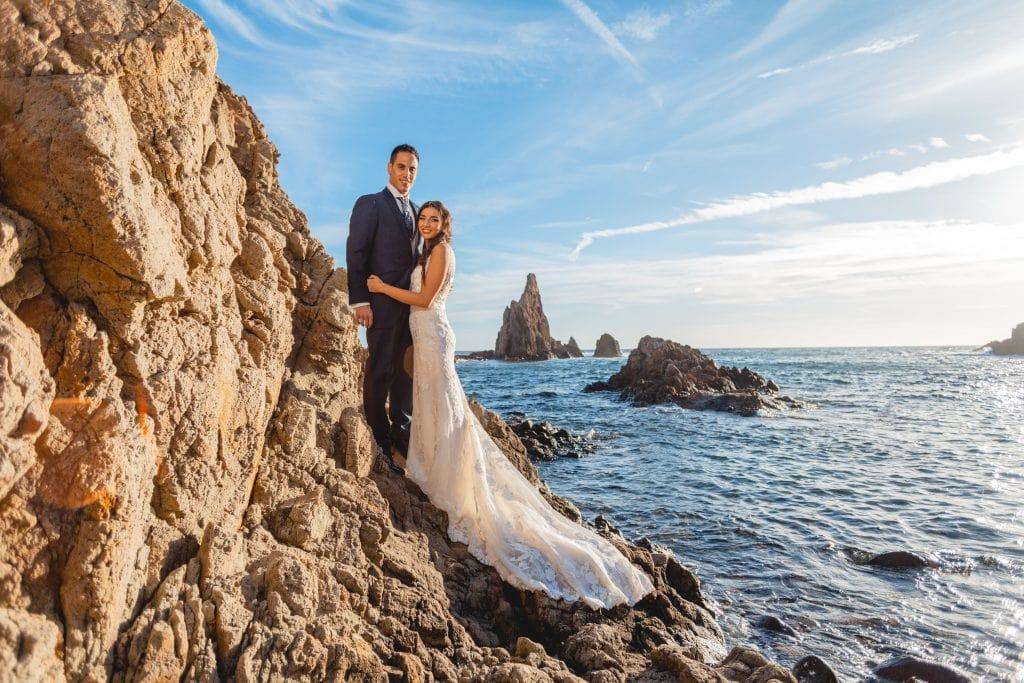 La pareja en su post boda posando junto al arrecife de las sirenas en Cabo de Gata (Almería)