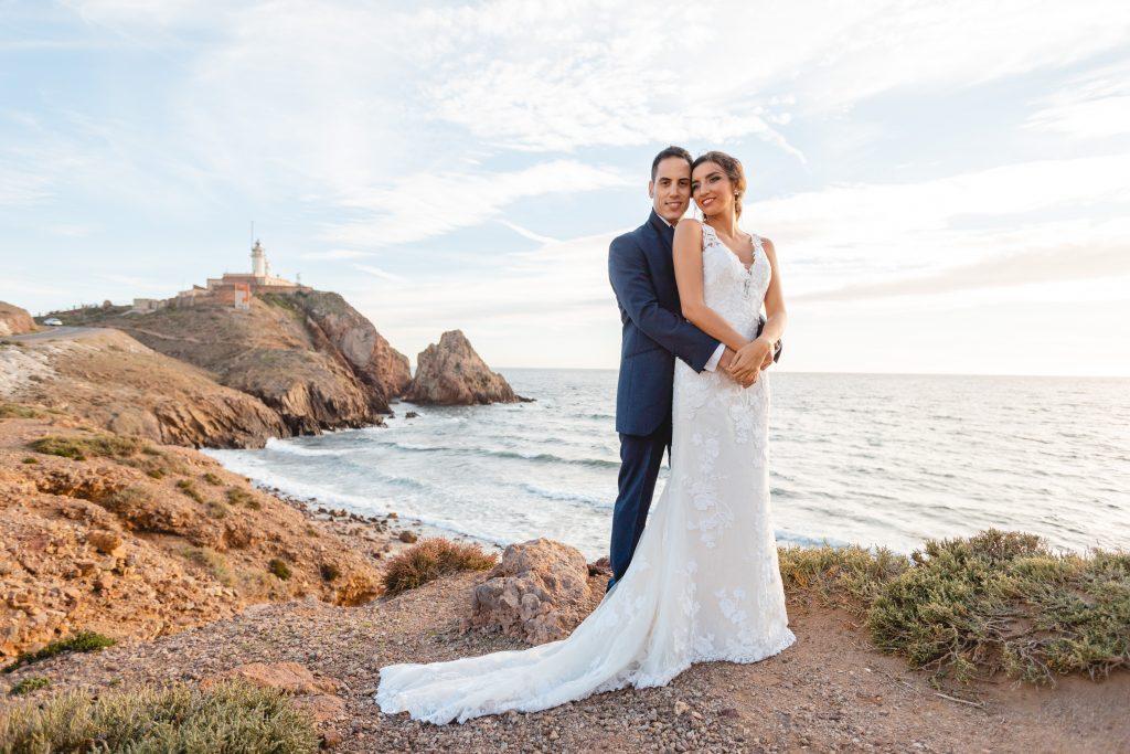 La pareja en su post boda posando junto al faro de Cabo de Gata (Almería)