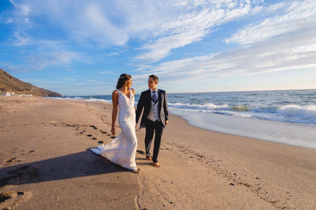 La pareja en su post boda paseando por la playa de Cabo de Gata (Almería)