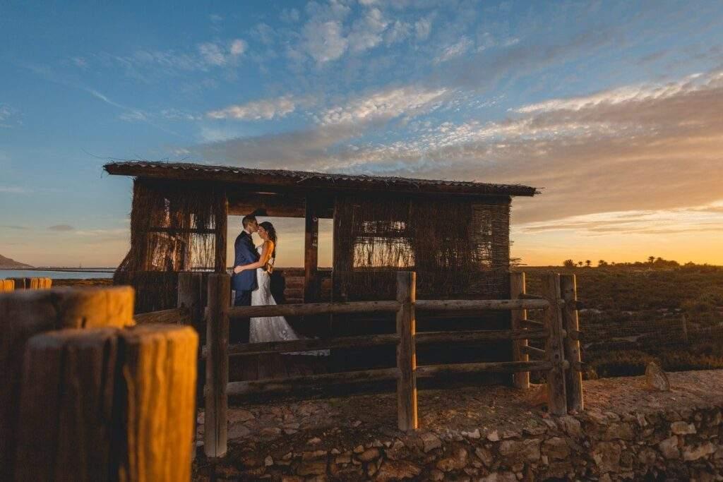 La pareja en su post boda dandose cariño en esta caseta de vigilancia de las Salinas de Cabo de Gata (Almería).