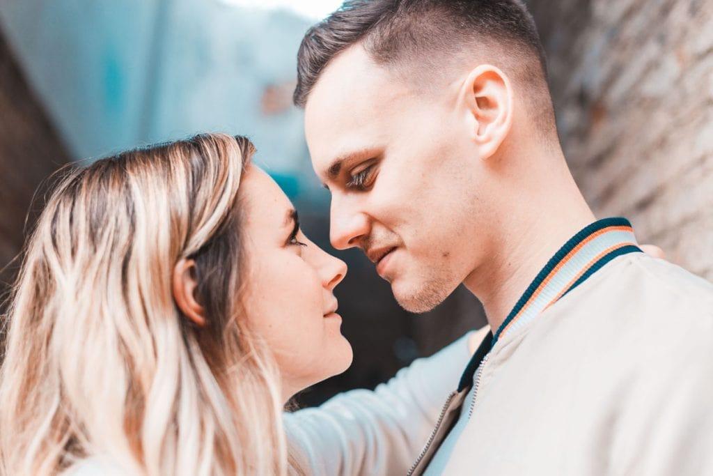 pareja feliz preboda granada sesion fotografo profesional de bodas