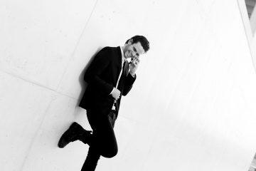 chico hablando por teléfono fondo minimalista