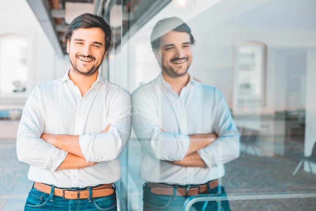 retrato para redes sociales hombre sonriendo